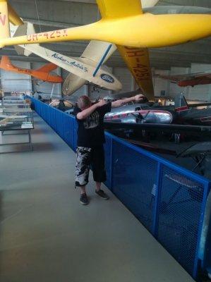 Oon nii leija et ne halus pistää mut näytille ilmailumuseoon.